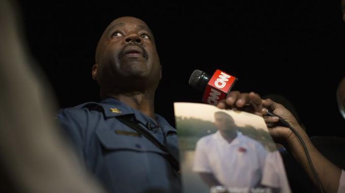 Le capitaine Ron Johnson tient une photo de Michael Brown pendant qu'il se fait interviewer par CNN, lors de la manifestation pacifique de jeudi soir à Ferguson, dans l'Etat du Missouri.