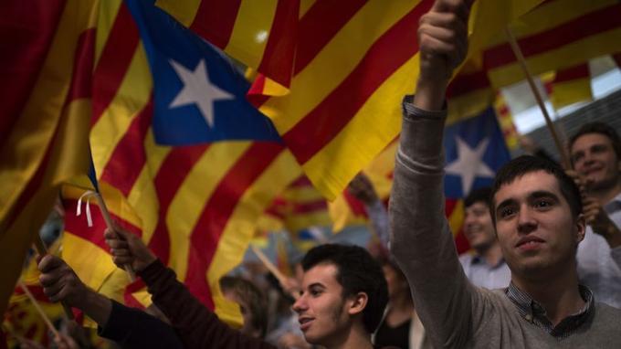 Le drapeau catalan aux anciennes couleurs du blason de la Maison de Barcelone et de la Couronne d'Aragon.