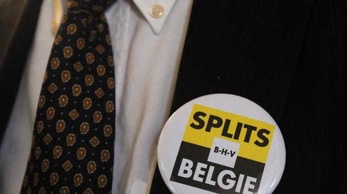 Un membre du Vlaams Belang, parti indépendantiste flamand, portant un badge «Split Belgie» (Séparer la Belgique)