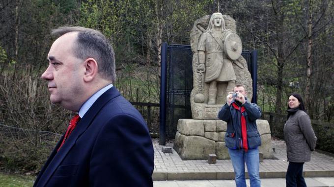 Alex Salmond, leader du Scottish National Party et premier ministre d'Écosse, devant la statue de William Wallace.