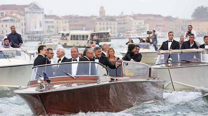 Les invités du couple se sont rendus aux festivités en bateau-taxi.