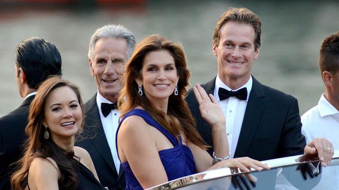 Cindy Crawford et son époux, Rande Gerber, amis des mariés, se rendent aux festivités de samedi à Venise.