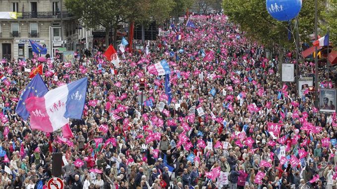 Un an et demi après le vote de la loi sur le mariage homosexuel, la Manif pour tous réunissait à Paris près de 500.000 personnes selon les organisateurs (70.000 selon la police).
