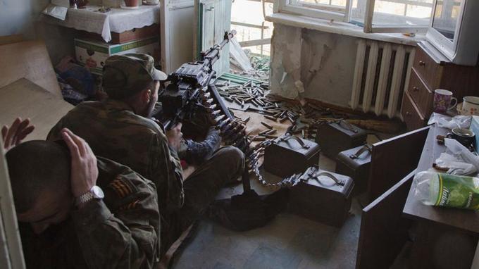 Un séparatiste pro-russe tire à l'arme lourde contre un contingent de militaires ukrainiens positionnés autour de l'aéroport de Donetsk, encore aux mains de l'armée ukrainienne.