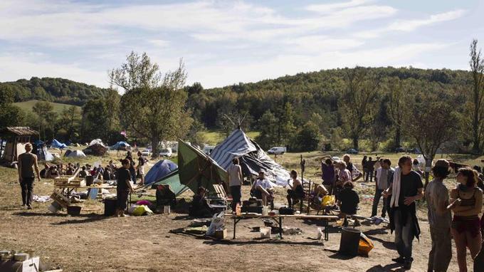 Le campement des opposants au barrage de Sivens se situe aux abords de la zone de travaux. La majorité des militants dorment dans des tentes de fortune.