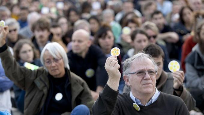 A l'appel de militants de France nature environnement (FNE), l'association dont Rémi Fraisse était membre, 700 personnes se sont rassemblées sur le Champ de Mars avec pour symbole la fleur protégée dont le jeune homme était un spécialiste en tant que botaniste bénévole.