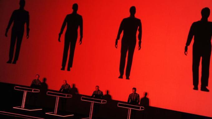 We are the Robots, morceau de bravoure de Kraftwerk avec sa projection où les quatre chanteurs sont des automates.