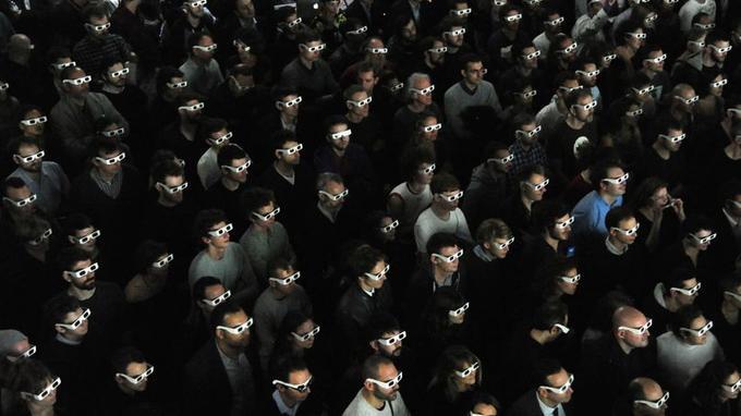 Lunettes 3D pour le public de Kraftwerk, dont le concert est à la fois une rétrospective musicale et une odyssée spatiale époustouflante.