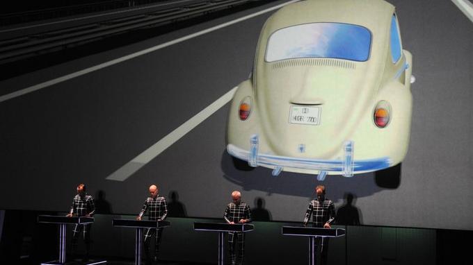 <i>Autobahn</i>, album culte de Kraftwerk, a ouvert le concert avec sa projection en 3D sur une autoroute allemande, plate comme la Ruhr, pimpante comme une Coccinelle VW.
