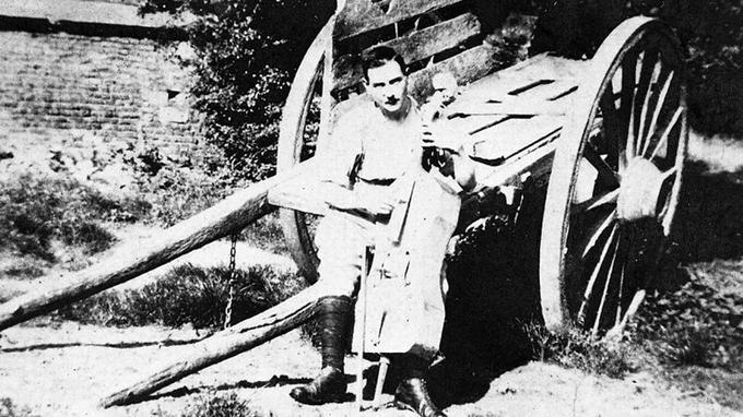 Maurice Maréchal avec son violoncelle.