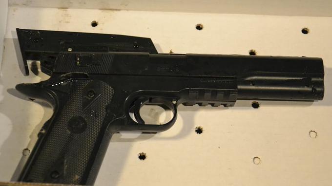 Pistolet à billes retrouvé sur le jeune garçon de 12 ans.