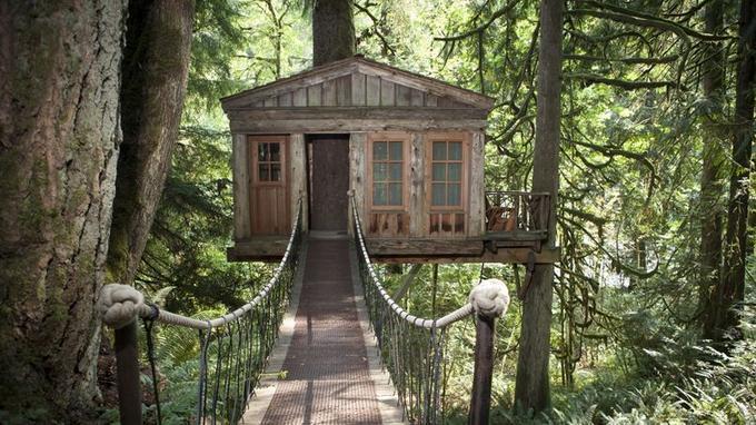 L'accès aux cabanes se fait par des passerelles en bois et en cordes (Crédit: Crowley Photography)