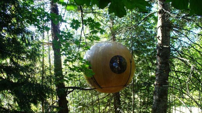 Suspendues à plusieurs mètres au dessus du sol, les sphères sont maintenues par des câbles (Crédit: Tom Chudleight)