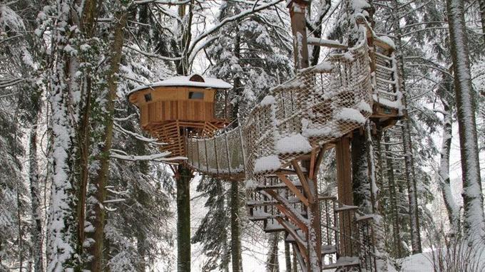 La fauconnière perchée à 18 mètres sous la neige (Crédit: Thierry Magno/Domaine de Syam)