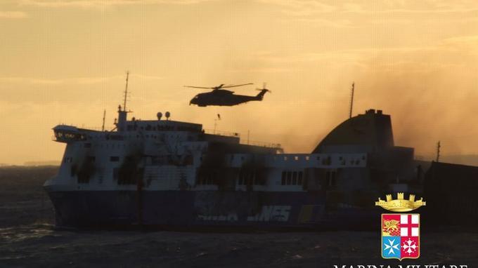 Un hélicoptère de la marine italienne procède à l'évacuation de l'un des passagers du <i>Norman Atlantic</i>.