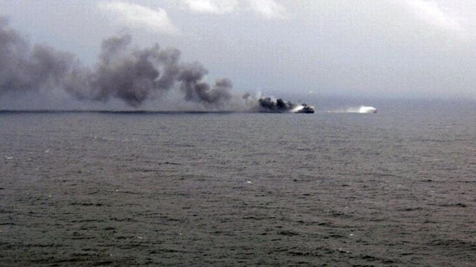 Le navire dévoré par les flammes. Photo extraite d'une vidéo prise par la marine militaire italienne.