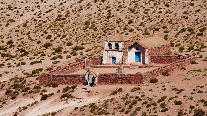 La charmante petite église de Machuca veille sur la douzaine de maisons que compte ce hameau perdu au milieu du désert, à près de 4 000 d'altitude.
