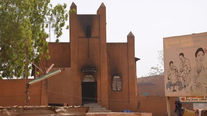 Une église brûlée par des manifestants anti-français qui protestent le 17 janvier 2015 à Niamey contre la caricature de Mahomet publiée en une du magazine Charlie Hebdo.