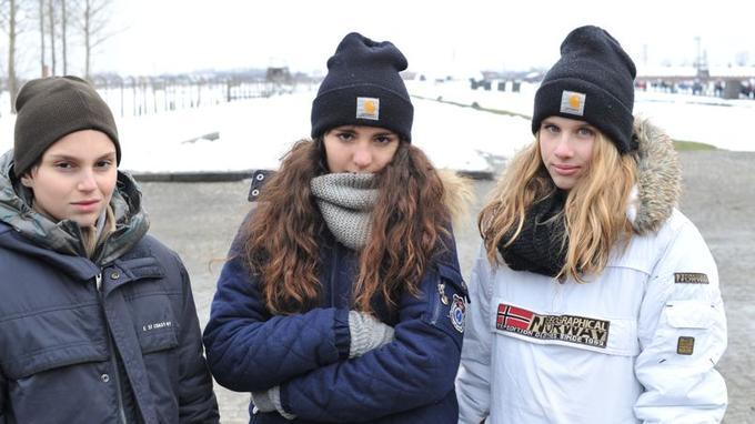Pierre, Sharon et Manon, trois collégiens des Alpes Maritimes visitant Auschwitz-Birkenau jeudi. Photo G.Veran.