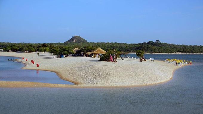 De nombreux brésiliens viennent passer le week-end pour profiter des belles plages. (Crédit: idobi/ wikipédia)