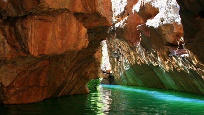 Il faut se frayer un chemin entre les falaises pour découvrir le canyon. (Crédit: goenglishkate)