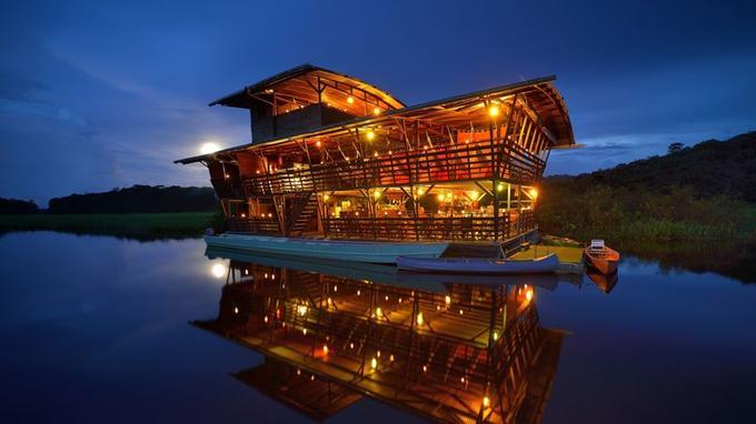 Tel un bateau-phare sur le marais ... L'écolodge «Caïman» tous feux éclariés.