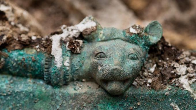 Tête de lionne ornant le chaudron. (Denis Gliksman /Inrap)