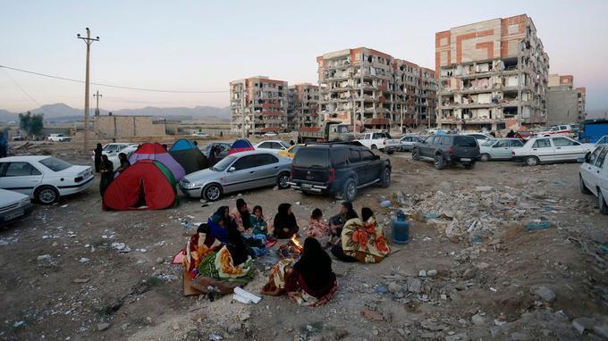 Les secours ont conseillé à des familles de dormir dehors à cause du risque d'effondrement.