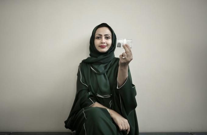 Asmaa al-Assdmi, âgée de 34 ans, pose pour une photo avec son nouveau permis de conduire à l'école de conduite saoudienne à l'intérieur de l'Université Princesse Nora en Arabie Saoudite