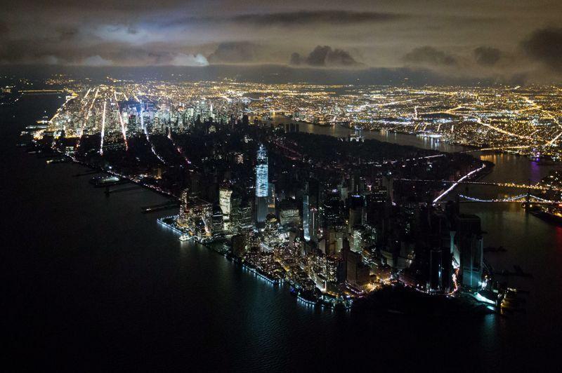 <b>Blackout</b>. Voici sans doute l'image qui symbolisera le mieux les ravages de l'ouragan Sandy sur la ville de New-York. Plongé dans le noir, dans la nuit du 31 octobre au 1er novembre, Manhattan a sans doute vécu la fête macabre d'Halloween comme jamais auparavant. D'une force terrifiante, Sandy a provoqué la mort de 41 personnes dans une ville transformée en camp retranché, et traumatisée. Plus d'une semaine après la catastrophe, l'essence manquait toujours et quelque 100.000 Newyorkais restaient privé d'électricité. Dans deux des quartiers les plus éprouvés, dans les Rockaways (Queens) et Coney Island (Brooklyn), la mairie a fait envoyer des médicaments et du personnel médical pour faire face à une situation sanitaire sans précédent.