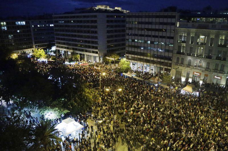 Plus de 70.000 personnes sont rassemblées devant le Parlement grec, à Athènes, alors que les 300 députés du pays sont sur le point de voter un nouveau paquet de mesures d'austérité exigées par le FMI et l'Union européenne.