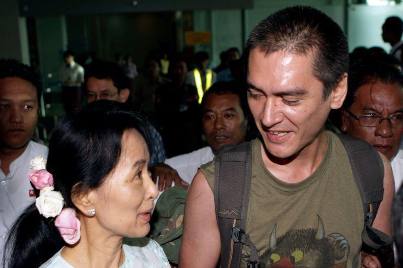 Le 2 décembre 2011, la secrétaire d'Etat américaine Hillary Clinton se rend en Birmanie. Cette première visite d'un chef de la diplomatie américaine depuis 1955 intervient après huit mois de réformes spectaculaires depuis la dissolution en mars de la junte, qui a transféré ses pouvoirs à un gouvernement dit «civil». Hillary Clinton en profite pour rencontrer Aung San Suu Kyi.