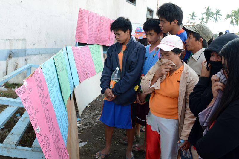 Le typhon Bopha, qui a balayé les Philippines dans la nuit de mardi à mercredi avec des vents à plus de 200 km/h, a causé la mort d'au moins 500 personnes. Selon les autorités, il y aurait près de 400 disparus et 200.000 sinistrés. Ici, des Philippins consultent les listes des personnes portées disparues.