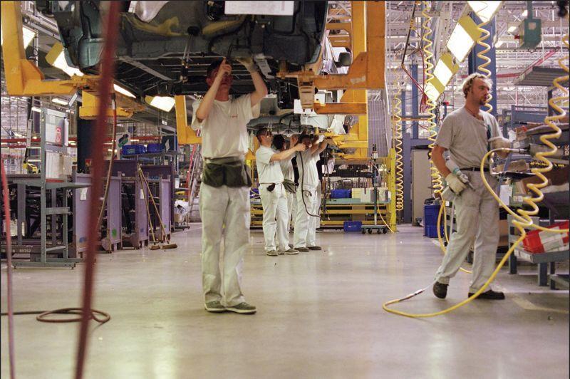 <b>PSA Sevelnord.</b> Avant Renault, PSA avait déjà conclu un accord de compétitivité, en juillet dernier, sur son site Sevelnord d'Hordain, dans le Nord. Le site était en difficultés depuis le retrait, en 2011, du groupe Fiat avec lequel PSA avait un partenariat de production. Trois syndicats sur quatre, la CFE-CGC, FO et SPI-GSEA, ont signé l'accord proposé par la direction. Valable trois ans et reconductible deux ans, l'accord demande des efforts aux salariés: gel des salaires, suppression de primes, gestion plus flexible des RTT et du temps de travail… En contrepartie, la direction s'est engagée à ce qu'il n'y ait pas de licenciement économique pendant la durée de validité de cet accord. La direction avait conditionné la production à Sevelnord d'un nouveau véhicule, l'utilitaire K-zéro, à la signature de cet accord. A la fin de l'été 2012, PSA a bien annoncé qu'il serait produit à Hordain et investi pour cela 750 millions d'euros.