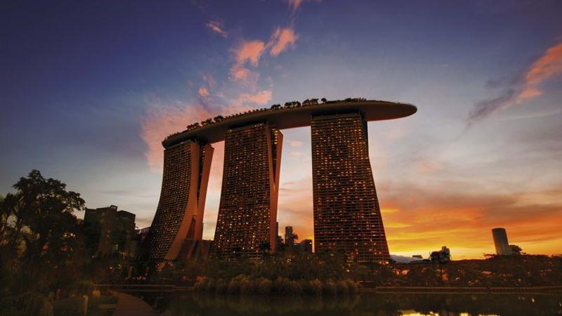 Favori Une piscine bâtie sur trois immeubles d'un hôtel surplombe Singapour KN19