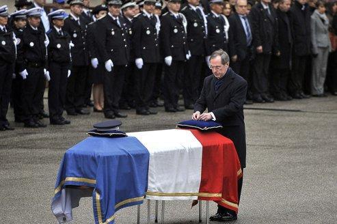 Cérémonie en hommage au policier tué à Chambéry