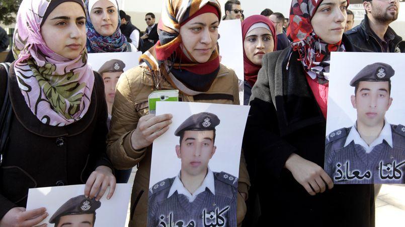 Des proches du pilote ont manifesté ce mardi pour sa libération dans la capitale jordanienne.