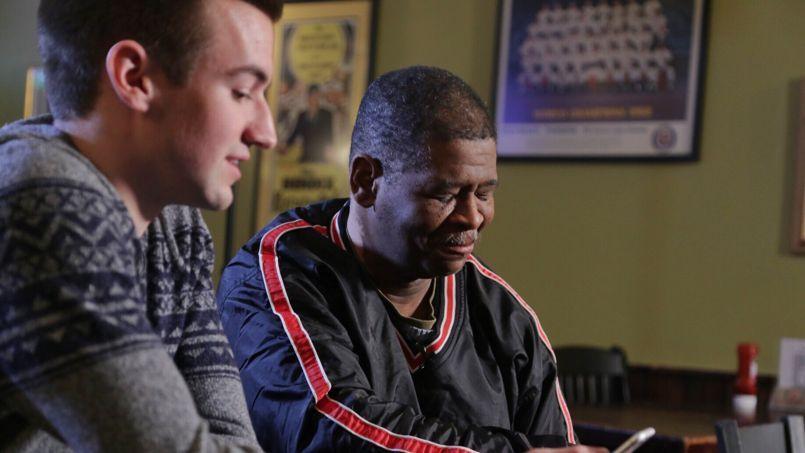 Evan Leedy (gauche), un étudiant de 19 ans qui a lancé une levée de fonds au bénéfice de James Robertson, lui lit des messages de soutien des internautes.