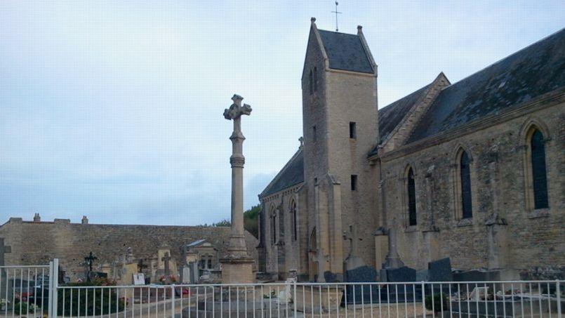 «Plusieurs dizaines de crucifix ont été déplacés, certains d'entre eux retournés et plantés dans le sol, a affirmé le ministre dans un communiqué. Photo: capture Google Maps.