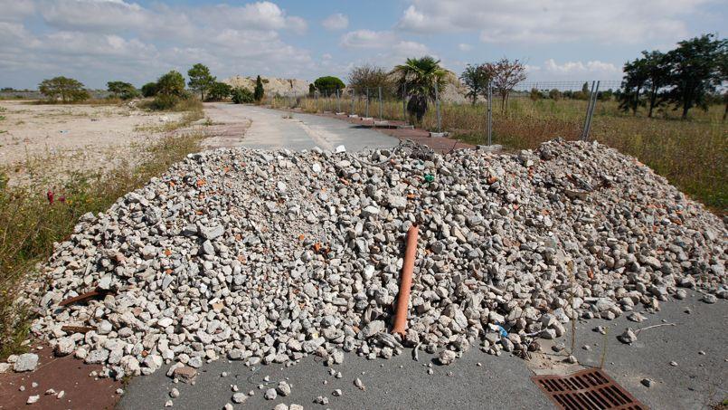 En septembre 2014, la route abandonnée et barrée par un tas de pierres menant à la zone sinistrée après le passage de Xynthia.