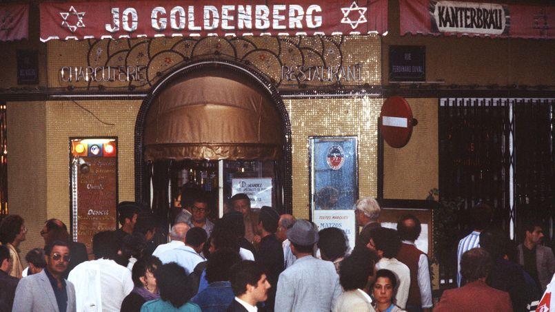 Rassemblement devant la devanture du restaurant Jo Goldenberg, rue des Rosiers, le 11 août 1982, soit deux jours après l'attentat.
