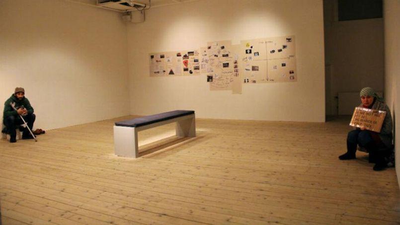 Un musée de Malmö, en Suède, expose deux mendiants roms pour provoquer un questionnement sur l'attitude face aux mendiants.