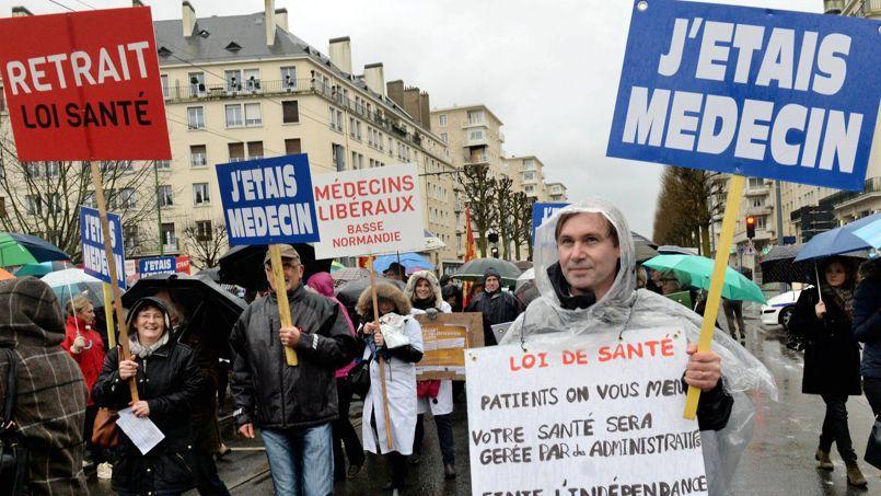 Manifestation de médecins et de professionnels de santé lors de la journée d'action «santé morte» contre le projet de loi de Marisol Touraine, le 29 janvier à Caen.