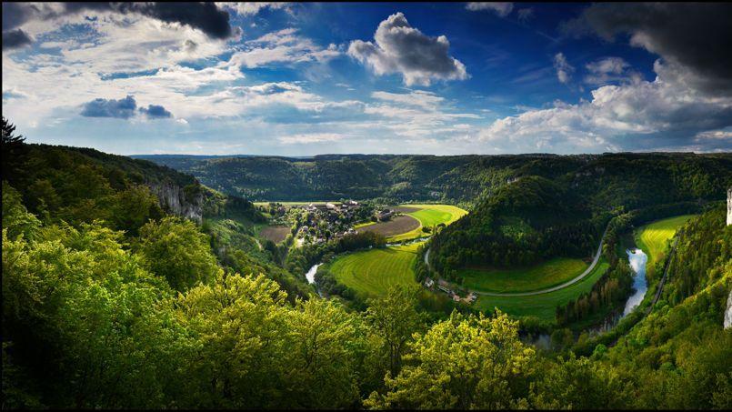 Entre Mülheim et Beuron, le Danube prend sont temps. Il musarde de promontoires en précipices.