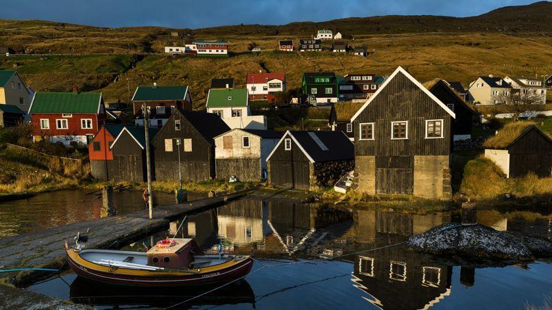 Les villages des Féroé, aux maisons multicolores typiques, comme ici Innan Glyvur, sur l'île d'Eysturoy.