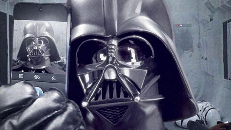 Dark Vador se prend en «selfie» juste après l'assaut du vaisseau spatial de la princesse Leïa dans Star Wars IV: une jolie photo souvenir.