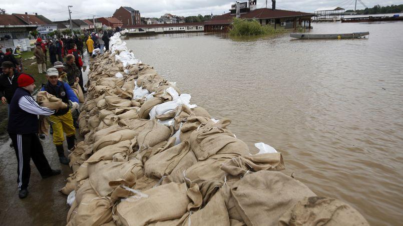 Inondations dans les balkans les d g ts estim s plus d 39 un milliard d - Inondation sac de sable ...