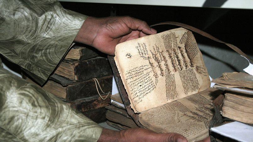 Un des manuscrits, en partie brûlé en 2013.