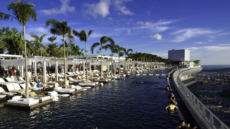 Une piscine b tie sur trois immeubles d 39 un h tel surplombe - Hotel nice piscine sur le toit ...