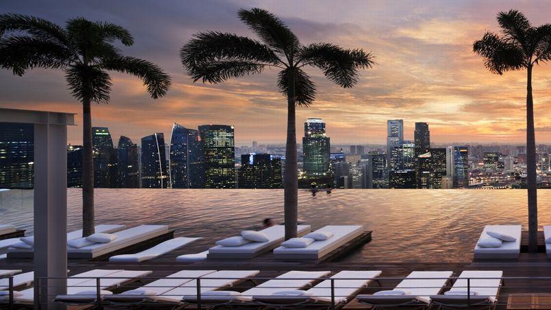 Une piscine b tie sur trois immeubles d 39 un h tel surplombe for Singapour hotel piscine sur le toit